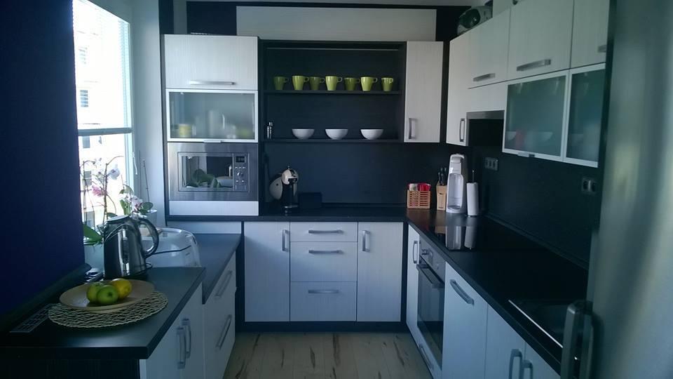 Kuchyně na míru kombinace bílo černá